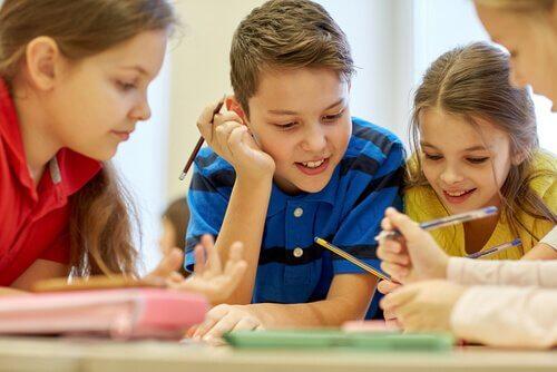 Crianças trabalhando juntas