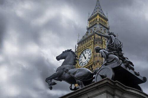 Escultura diante do Big Ben