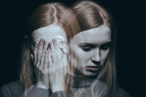 Jovem com sintomas da esquizofrenia