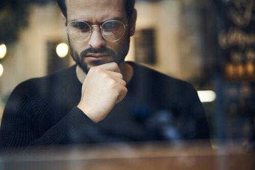 Homem de óculos pensando