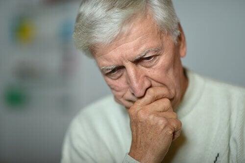Homem idoso com depressão