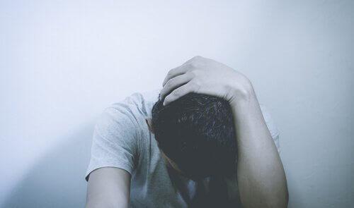 Garoto se sentindo psicologicamente mal