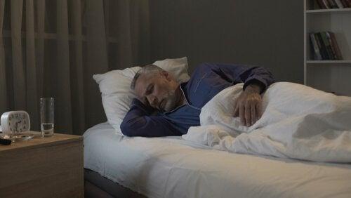 Homem mais velho dormindo