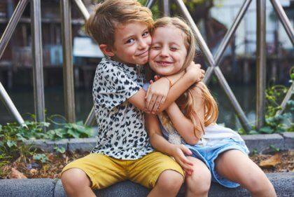 Relação entre irmãos se abrançando