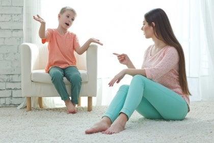 Mãe e filho conversando