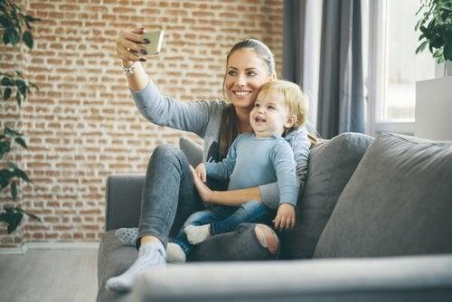 Mãe tirando selfie com o filho