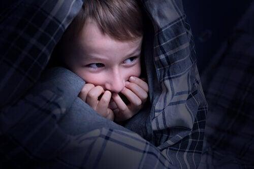 Criança se escondendo