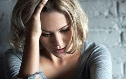 Mulher tendo crise de ansiedade