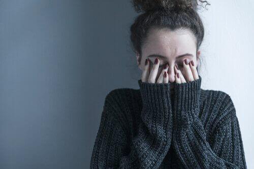 Mulher deprimida cobrindo os olhos