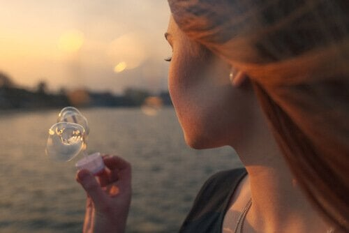 Mulher fazendo bolhas de sabão