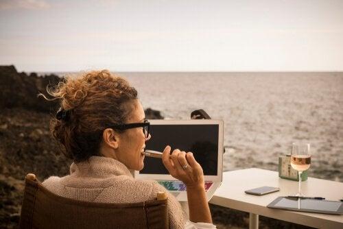 Mulher trabalhando diante do mar