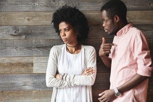 Casal tendo discussão