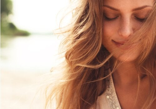 Mulher tranquila e feliz