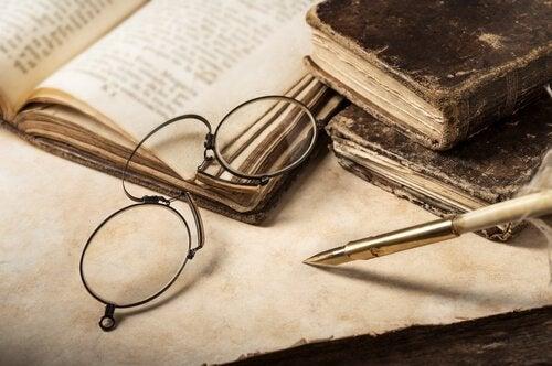 Óculos sobre livros antigos