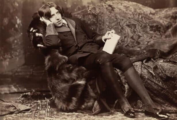 Oscar Wilde sentado em sofá