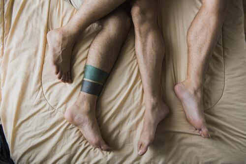Homens na cama