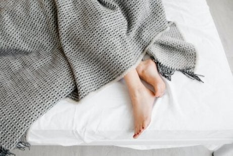 Pés de mulher na cama