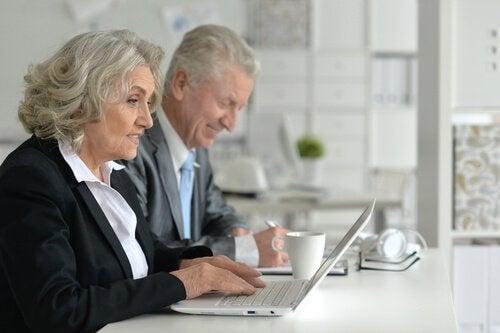 Pessoas idosas trabalhando