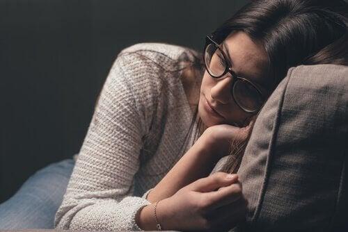 Mulher sofrendo com o transtorno de esquiva experiencial