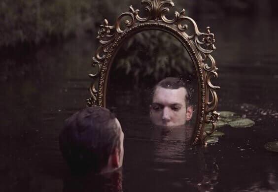 Homem se olhando no espelho