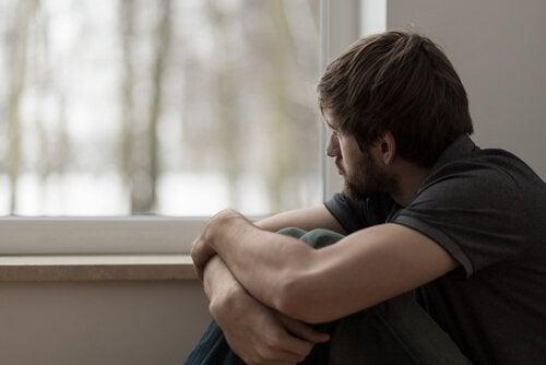 Homem olhando pela janela