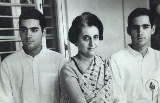 Indira Gandhi com seus dois filhos