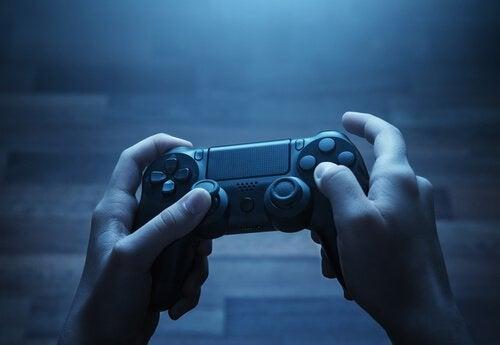 Mãos jogando videogame