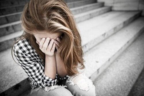 Menina com dependência emocional