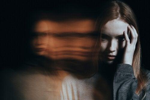 Mulher tendo alucinações paranoicas