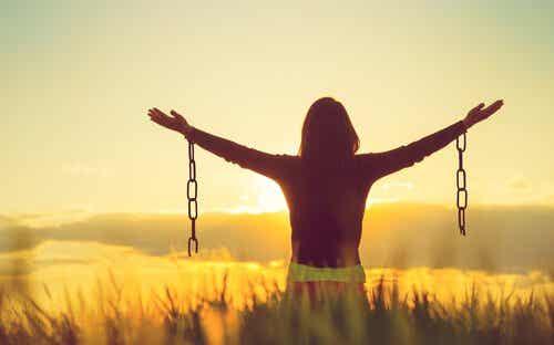 Aceitar as emoções negativas pode nos fazer mais felizes?