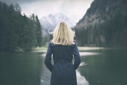 Mulher apreciando a solidão
