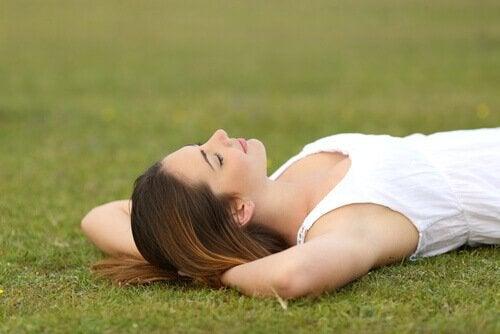 Mulher deitada na grama relaxando