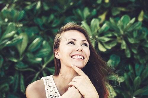 Mulher sorrindo de forma sincera