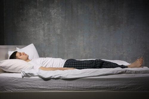 Rapaz com paralisia do sono