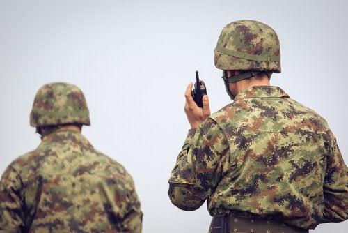 Soldados se comunicando