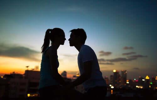 Casal se beijando ao pôr do sol
