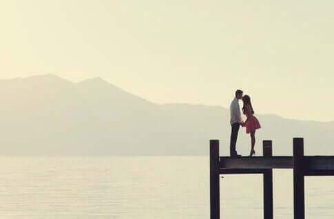 Casal se beijando em um deck