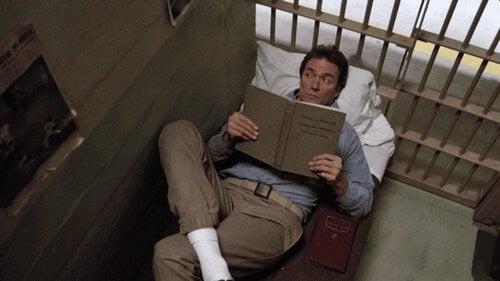 Prisioneiro lendo no filme 'Alcatraz: Fuga Impossível'