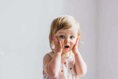 Criança fazendo cara de surpresa