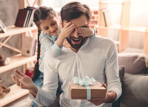 Filha fazendo surpresa para o pai