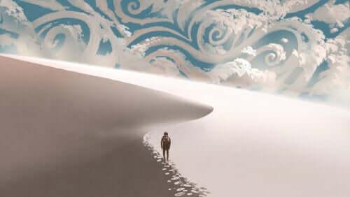 Homem caminhando em duna