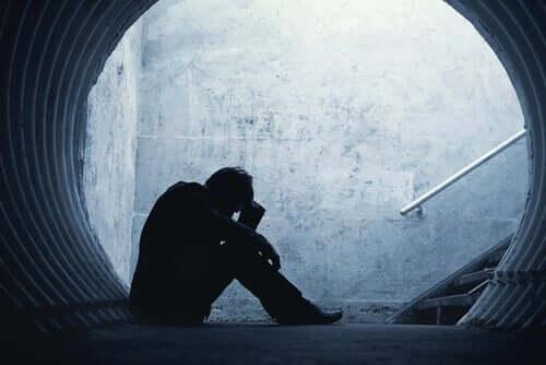 Homem traumatizado por abuso na infância