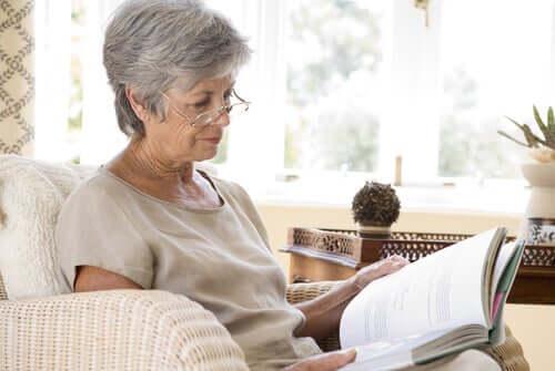 Senhora de idade lendo um livro