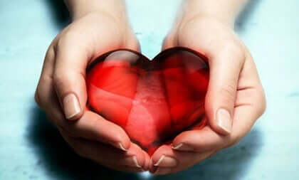 Mãos segurando coração