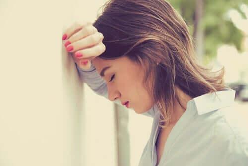 Mulher lidando com pensamentos ansiosos