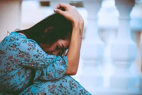 Mulher exausta e chateada