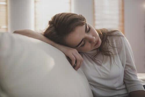 Mulher cansada e com sono
