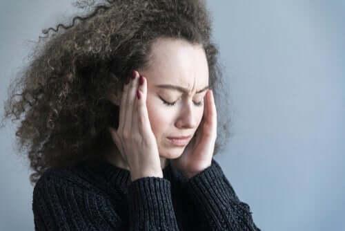 Mulher estressada e preocupada