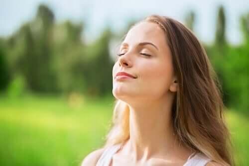 Mulher tentando manter a calma de olhos fechados