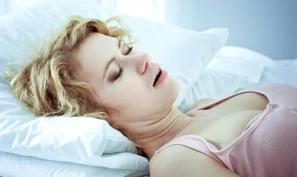 Mulher dormindo de boca aberta